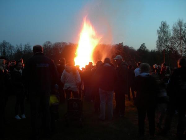 Valborgsmässoelden den 30 april vid Bysjön