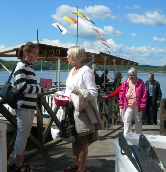 Efter gudstjänsten gjorde musikbåten en tur på Bysjön medan passagerarna njöt av kyrkkaffet. Nöjda och glada gick man iland vid Byjsökrogen.