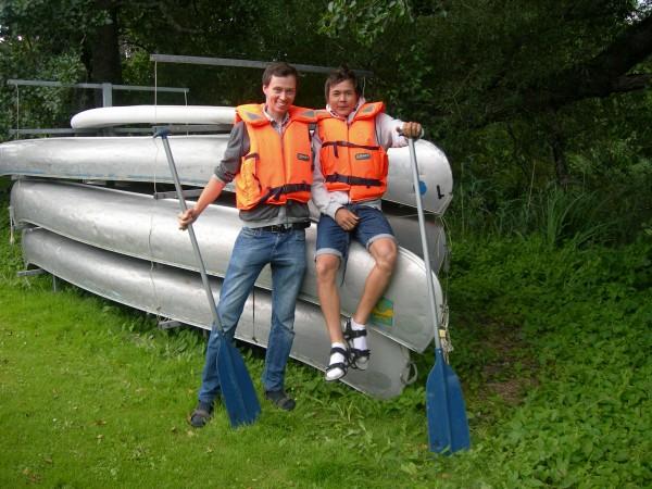 Två killar som ser fram emot en tur med kanoten på Bysjön.