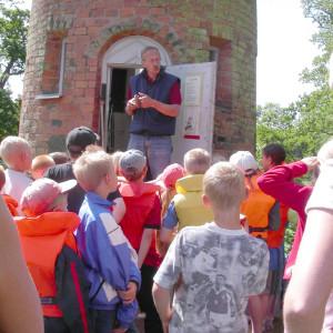 Guiden vid Solkanontornet berättar för skolbarnen hur man laddar kanonen